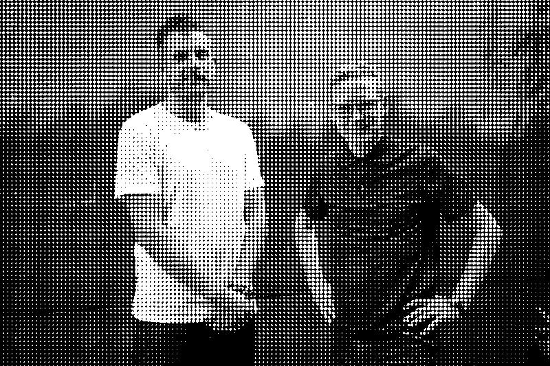 Jon Hoekstra und Sebastian Kemmler vor einer rostigen Wand.